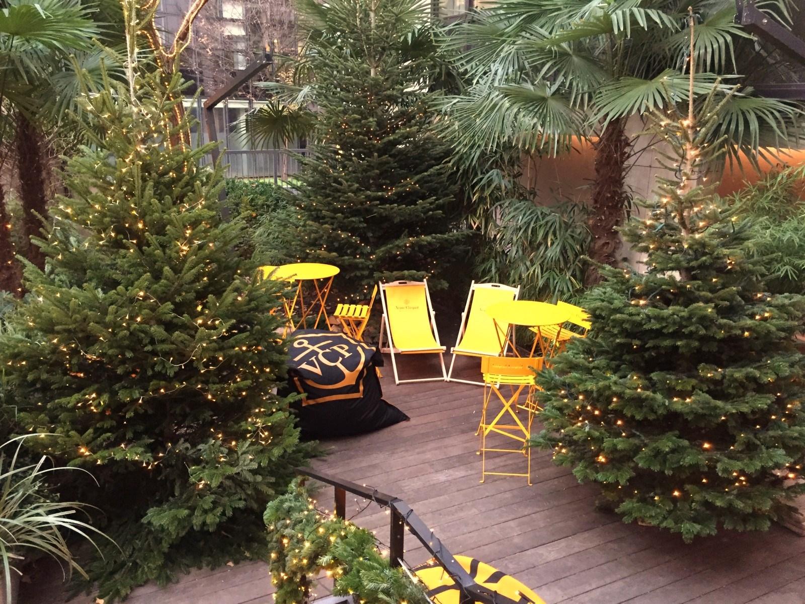 la terrasse de la table du huit accueille le chalet veuve clicquot paris la maison champ. Black Bedroom Furniture Sets. Home Design Ideas